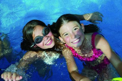 Jocs refrescants a la piscina durant el casal d'estiu