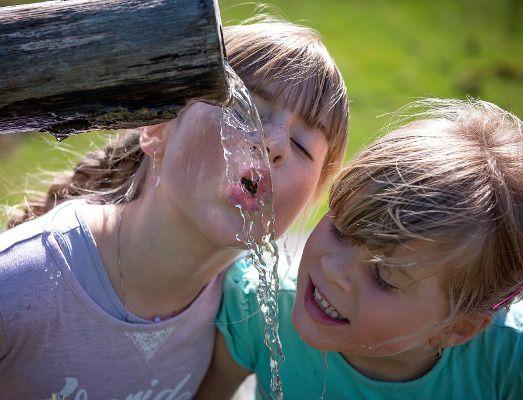 com evitar la deshidratació dels infants a l'estiu