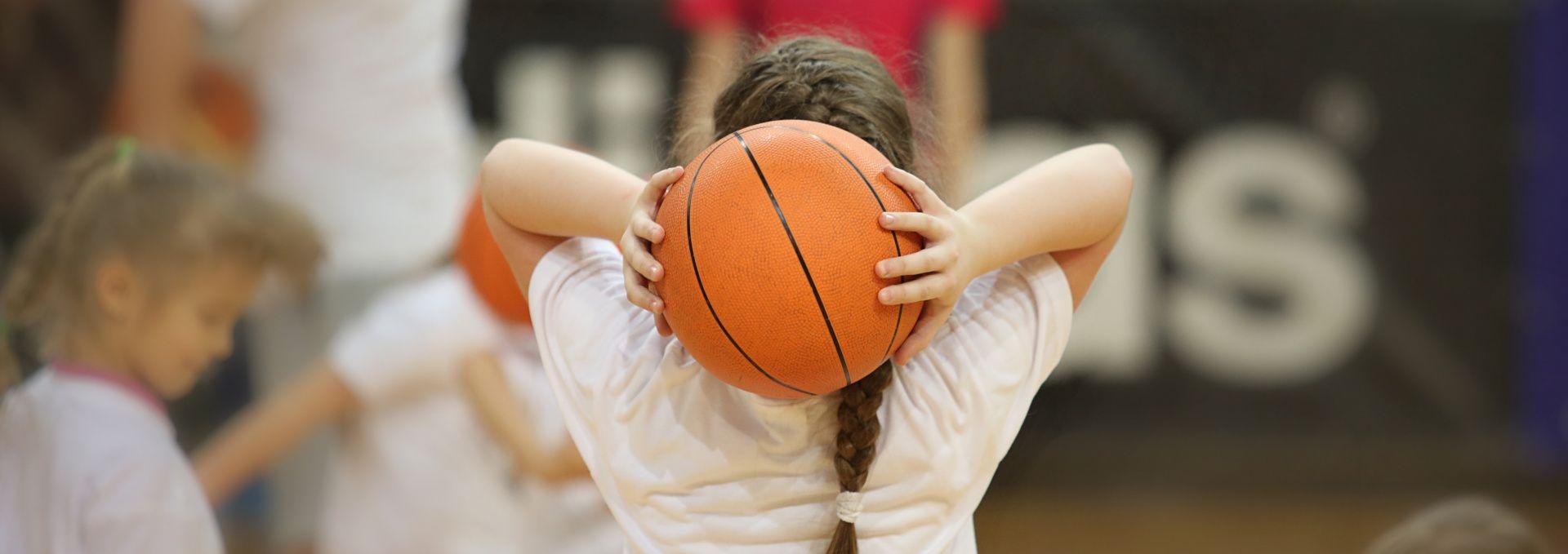 nena jugant bàsquet extraescolars Fundesplai